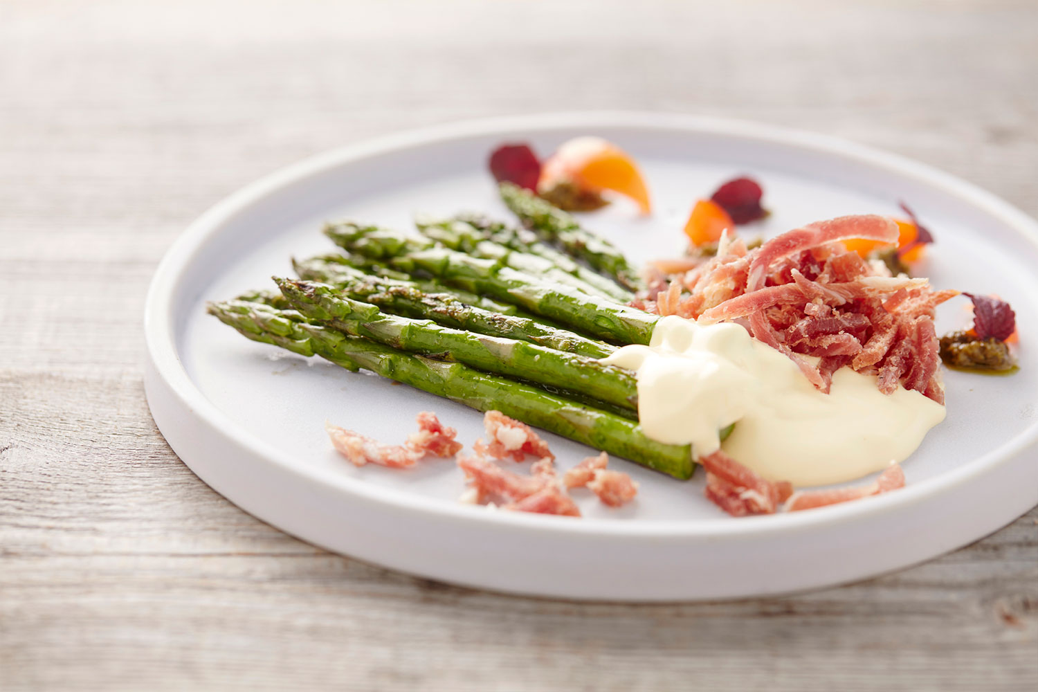 Asparagus with ham and pesto